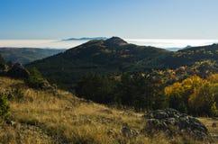 秋天雾滚动在Zeljin山之间小山  免版税库存图片