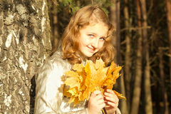 秋天青少年女孩的公园 免版税库存图片