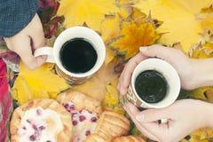 秋天静物画,两个杯子用茶在手,蛋糕,野餐上在秋天公园 库存图片