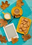 秋天静物画-咖啡用以叶子的形式一个曲奇饼, 库存照片