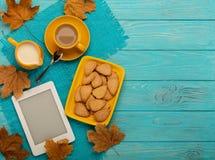 秋天静物画-咖啡用以叶子的形式一个曲奇饼, 图库摄影