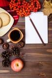 秋天静物画-咖啡,曲奇饼,格子花呢披肩,笔记本 图库摄影