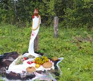 秋天静物画-大面包,南瓜,山脉灰,艾菊,麦子耳朵,盐,在与鞋带的一张白色桌布 图库摄影