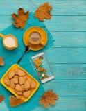 秋天静物画-咖啡用以叶子的形式一个曲奇饼, 免版税库存图片