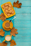 秋天静物画-咖啡用以叶子o的形式一个曲奇饼 免版税库存照片