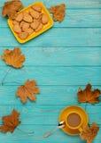 秋天静物画-咖啡用以叶子o的形式一个曲奇饼 免版税库存图片