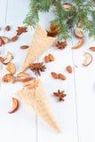 秋天静物画-奶蛋烘饼杯子,锥体,烘干了苹果 库存图片