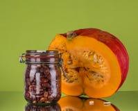 秋天静物画用南瓜和一个充分的瓶子有有褐色的是 免版税库存照片