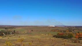 秋天领域和钢铁厂反对天空蔚蓝 股票录像