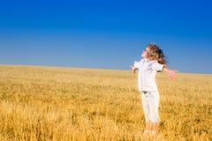 秋天领域的孩子 免版税库存照片