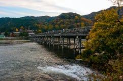 秋天颜色吸引访客到在Katsura河的Togetsu桥梁在京都,日本Arashiyama地区  库存图片