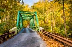 秋天颜色和一座桥梁在火药秋天国家公园, Marylan 免版税库存图片