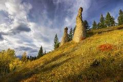 秋天颜色和不祥之物岩层亚伯大加拿大 免版税库存图片