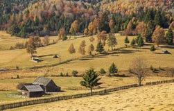 秋天颜色和农厂房子 库存图片