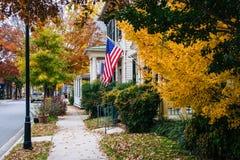 秋天颜色和房子在伊斯顿,马里兰 免版税库存照片