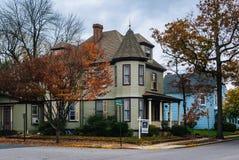 秋天颜色和房子在伊斯顿,马里兰 免版税图库摄影
