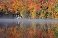 秋天颜色和雾反射在湖,魁北克,加拿大 免版税库存照片