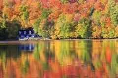 秋天颜色和雾反射在湖,魁北克 图库摄影