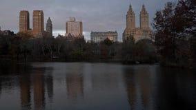 秋天颜色在纽约中央公园在美好的秋天早晨 股票录像