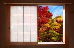 秋天颜色森林通过一个开放日本可调整窗口看的在秋天 图库摄影