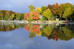 秋天颜色的反映在一个平静的湖的   库存照片