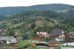 秋天颜色的完善的喀尔巴阡山脉的村庄 库存照片