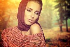 秋天颜色的时尚妇女 免版税库存图片