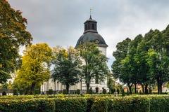 秋天颜色的老白色教会 免版税库存照片