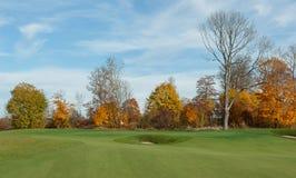 秋天颜色的高尔夫球场 免版税库存照片