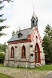 秋天颜色起点的一个小的石国家教会  免版税库存照片