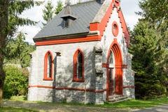 秋天颜色起点的一个小的石国家教会  免版税库存图片