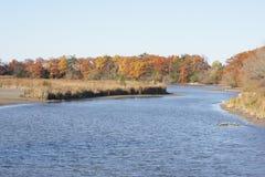 秋天颜色,蓝色湖 免版税库存照片