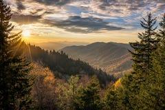 秋天颜色,风景日出,大烟雾弥漫的山脉 免版税库存图片