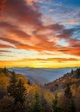 秋天颜色,风景日出,大烟雾弥漫的山脉 免版税库存照片
