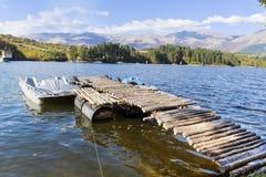 秋天颜色-与森林的山小山在湖附近 库存照片