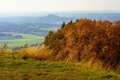 秋天风景、捷克天堂、城堡Trosky和金黄树 cesky捷克krumlov中世纪老共和国城镇视图 免版税库存图片