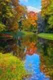 秋天风景在凯瑟琳公园在普希金前Tsarskoe Selo, StPetersburg, 免版税库存图片