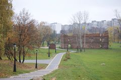 秋天风景在城市公园 您能看到湖、被染黄的叶子和小径的水表面 秋天风景 库存照片