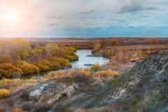 秋天风景在森林和河里 库存图片