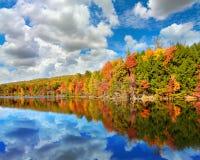 秋天风景在海湾Mountain湖上色了与反射的树在Kingsport,田纳西 免版税库存图片