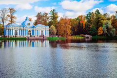 秋天风景有在庭院亭子`洞穴`的看法和在凯瑟琳的驼背桥梁停放,普希金,圣徒 免版税库存照片