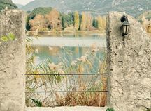 秋天风景湖toblino 免版税库存图片