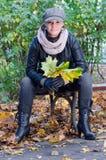秋天风景的可爱的妇女 库存照片