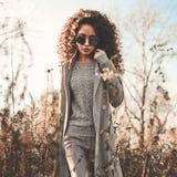 秋天风景的时尚美丽的夫人 图库摄影