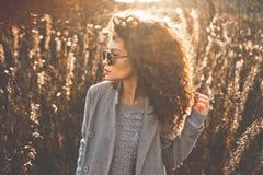 秋天风景的时尚美丽的夫人 免版税库存图片