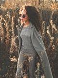 秋天风景的时尚美丽的夫人 免版税图库摄影