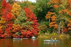 秋天风景看法  在湖的小船在中央公园 城市纽约 美国 免版税库存图片