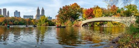 秋天风景看法  在湖的小船在中央公园 城市纽约 美国 免版税库存照片