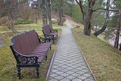 秋天风景道路在河的公园 免版税库存图片