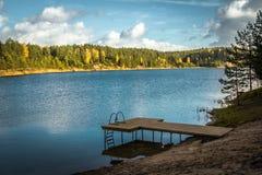 秋天风景,天光的森林在残暴的人蓝色小山停放 库存图片